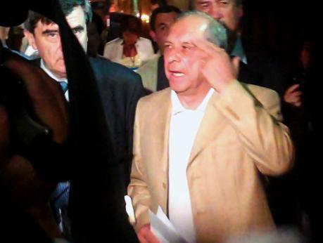 Los timoneles del PS, Camilo Escalona, y de la DC, Juan Carlos Latorre, asediados por la prensa en el comando de Frei.