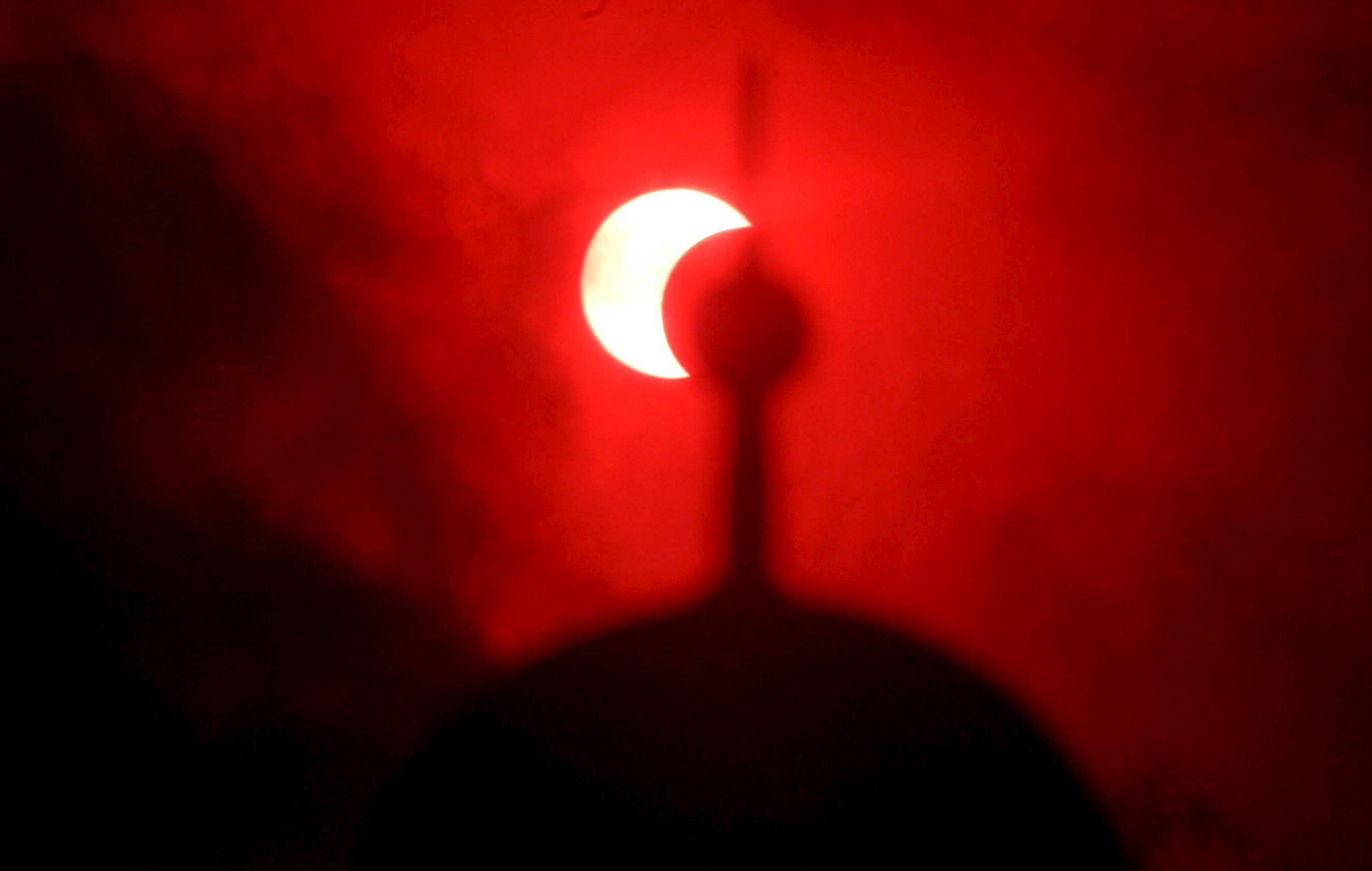 Vista del eclipse solar anular en Banda Aceh (Indonesia).