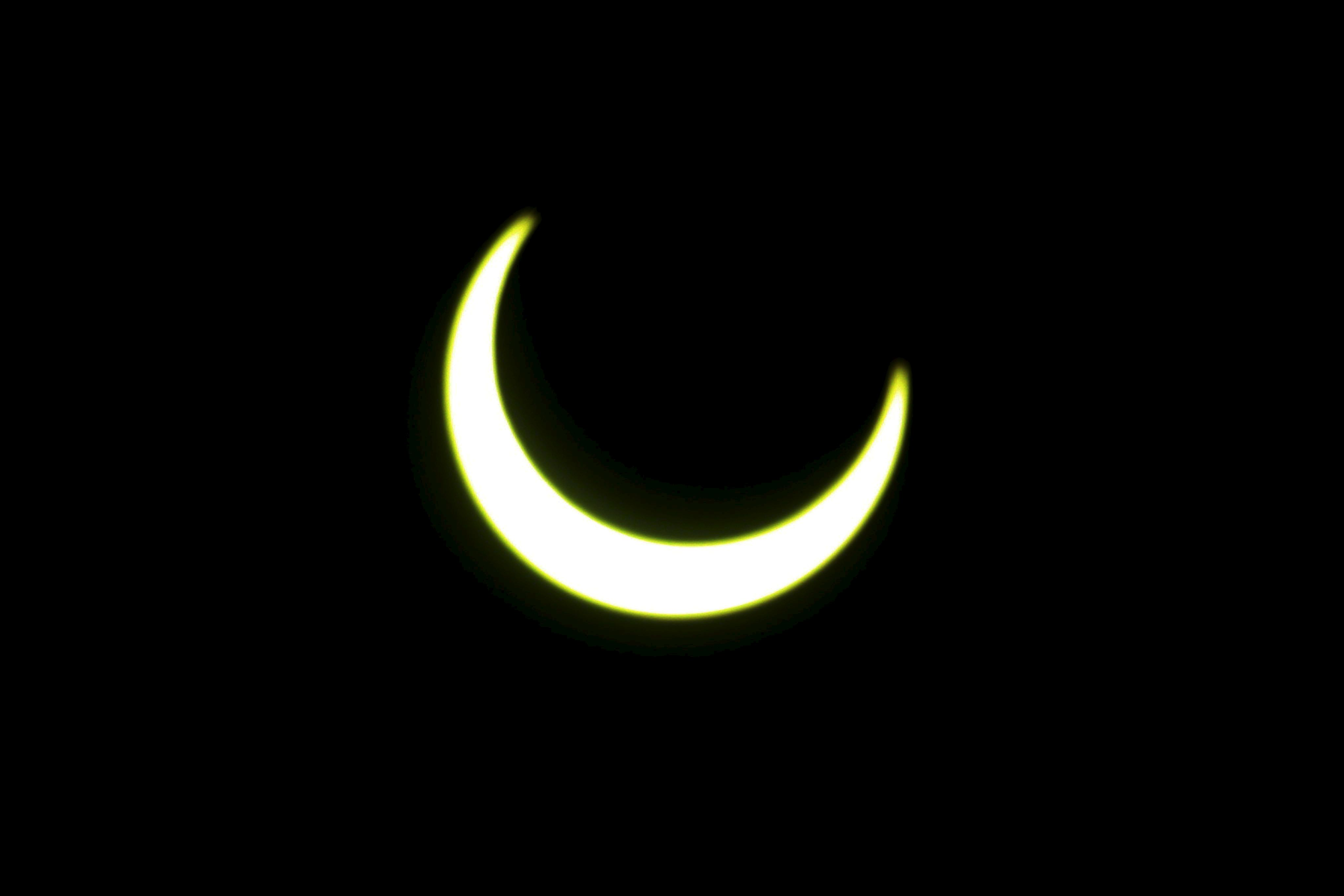 Imagen del eclipse parcial de sol visible desde Sri Lanka y captado desde una azotea en la capital del país, Colombo.