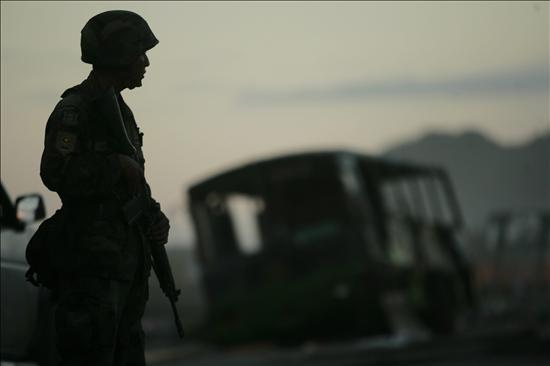 Un soldado chileno custodia la avenida principal de la localidad turistica de Iloca-  en la costa chilena - domingo 7 de marzo de 2010