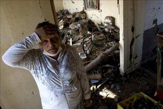 Una mujer se lamenta al ver su casa en ruinas hoy, domingo 7 de marzo de 2010, en Constitución