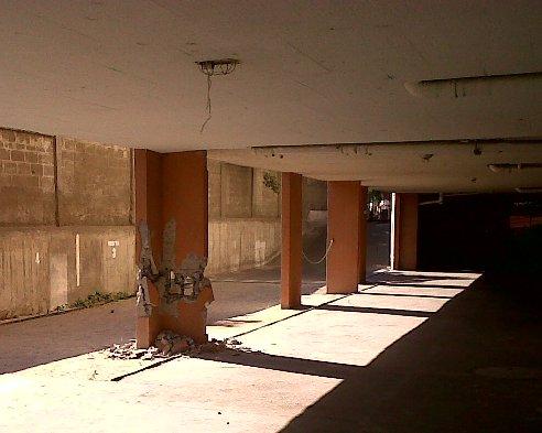 Un edificio del condominio Los Jazmines, ubicado a pocos metros, tampoco pasó la prueba.