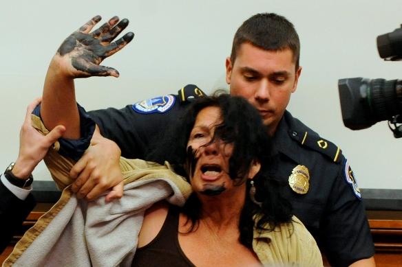 Una mujer con las manos manchadas con petróleo irrumpió en la audiencia para pedir la pena de cárcel para Hayward. La manifestante fue detenida y sacada de la sala. (Foto: EFE)