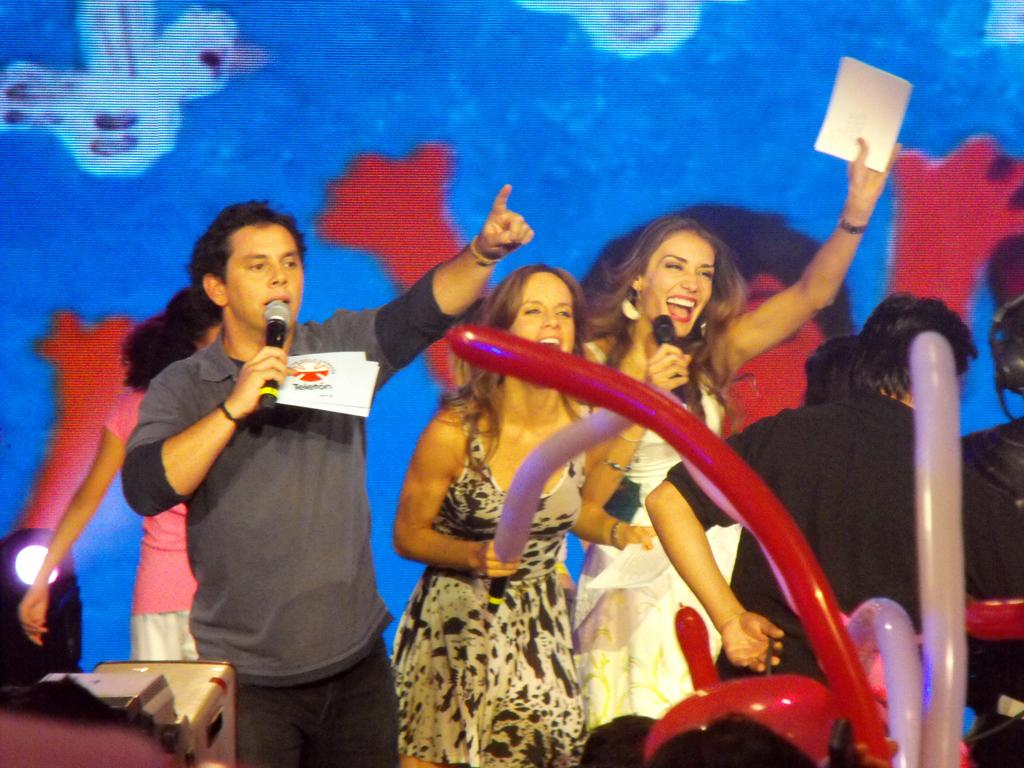 José Miguel Viñuela, Diana Bolocco y Carolina de Moras presentando el bloque infantil 'Levántate Papito'.
