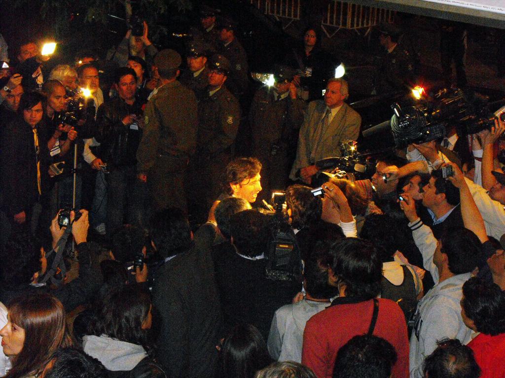 Ministro Laurence Golborne conversando con la prensa en las afueras del teatro Teletón.