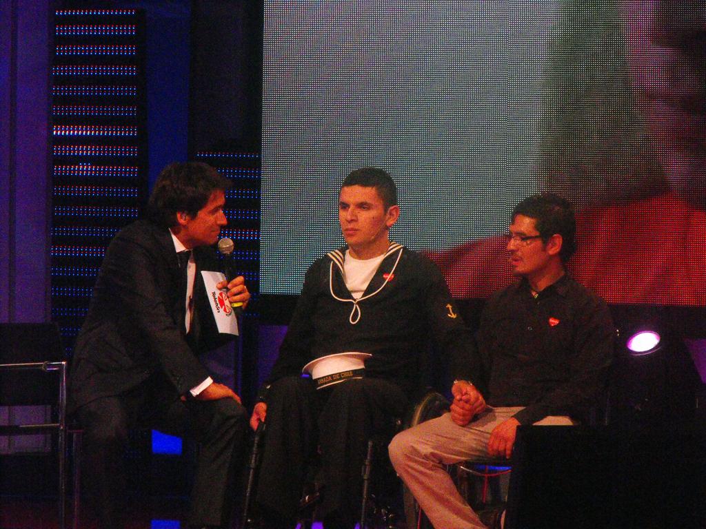 Rafael Araneda con los protagonistas de una de las historias.