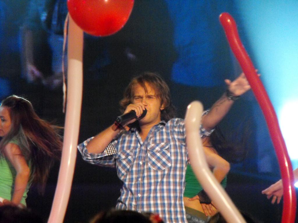 Ex integrante de Karkú interpretando una canción de Justin Bieber.