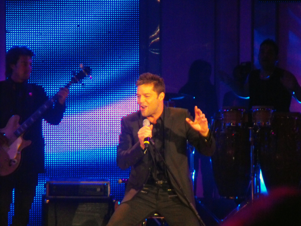 Ricky Martin presentando su nuevo sencillo en su breve paso por el Teatro Teletón.