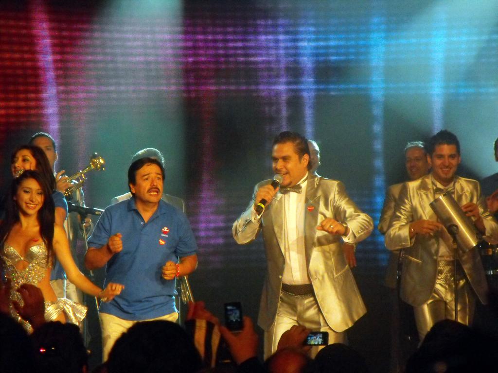 Sonora Palacios haciéndo bailar a los telefonistas y al público con sus éxitos.