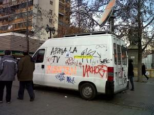 Rayados a este vehículo de Radio ADN expresan del enojo que hay hacia la prensa.