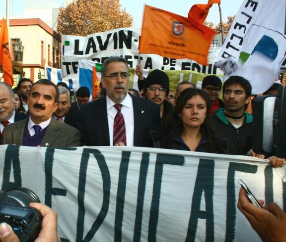 El rector de la Usach, Juan Manuel Zolezzi (al centro), participa en la marcha convocada por la Confech junto al presidente del Colegio de Profesores, Jaime Gajardo, y la dirigente de la FECh Camila Vallejo.
