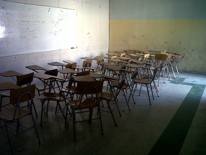 Los profesores dicen que hacen clases para 40 alumnos en salas donde apenas caben 30 escolares y, además, en mesas universitarias que les impiden cargar con libertad sus libros y textos.