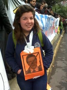 Estudiante protesta en contra ministro de Educación, Joaquín Lavín.