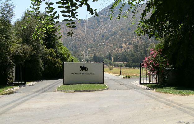 El condominio donde reside Etcheverry es reconocido por su club ecuestre con picadero techado y cancha de pasto.