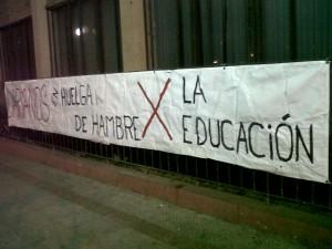 En el Darío Salas un lienzo que anuncia la huelga de hambre cruza una de las murallas del colegio.