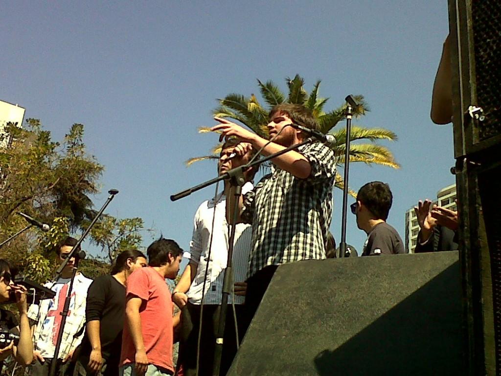 El presidente de la FEUC, Giorgio Jackson y su par de la Feusach, Camilo Ballesteros, se dirigen a los manifestantes