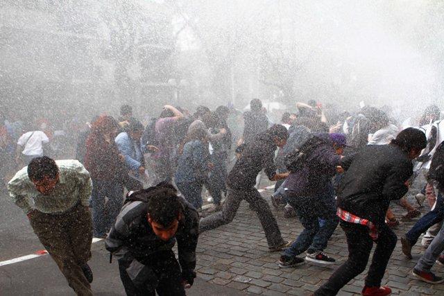 FF.EE. dispersa a los manifestantes con agua y gases lacrimógenos