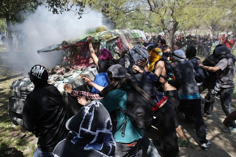 Incidentes entre encapuchados y carabineros empañaron el fin de la manifestación