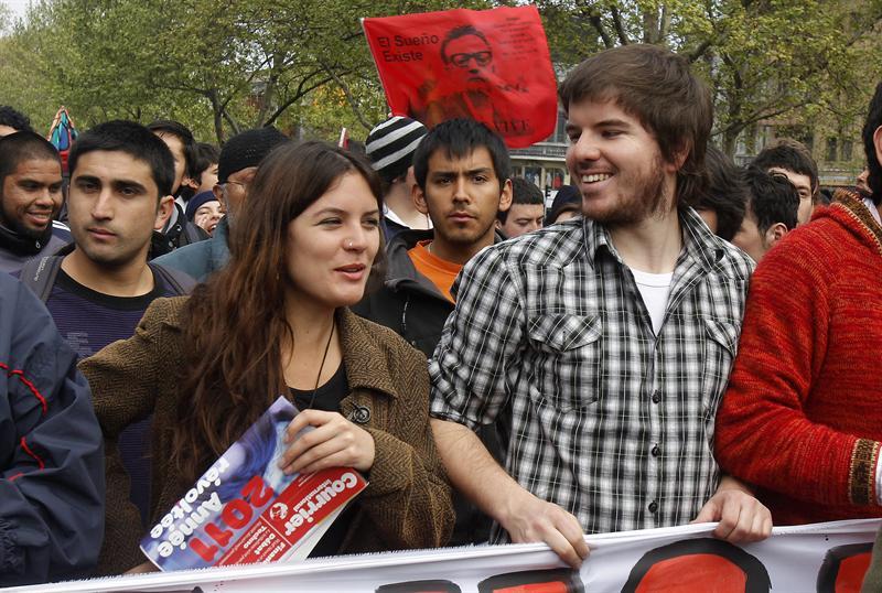 La presidenta de la FECh, Camila Vallejo, y su par de la FEUC, Giorgio Jackson, avanzan con la columna.