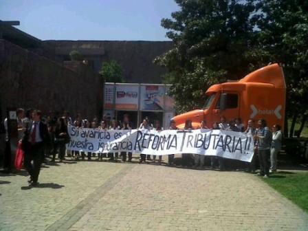 """""""Su avaricia es nuestra ignorancia"""" es la consigna del cartel (Foto: @AnaDestuet)"""