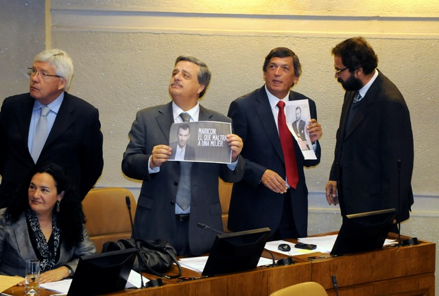 Sergio Aguiló y Lautaro Carmona exhibieron carteles de rechazo a la violencia contra las mujeres