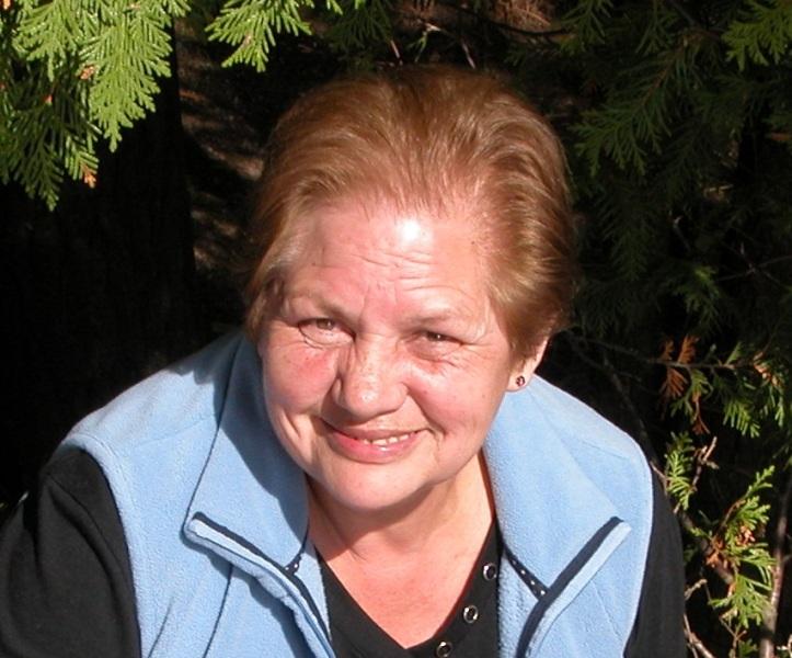 Rosa Bustos trabajó 37 años en la Tesorería General de la República. Ganaba $ 400.000. Hoy gana menos de la mitad. Inventó una nueva forma de sobrevivir: compra ropa de segunda mano a amigos o vecinos y la lava, arregla, plancha y la vende en oficinas.