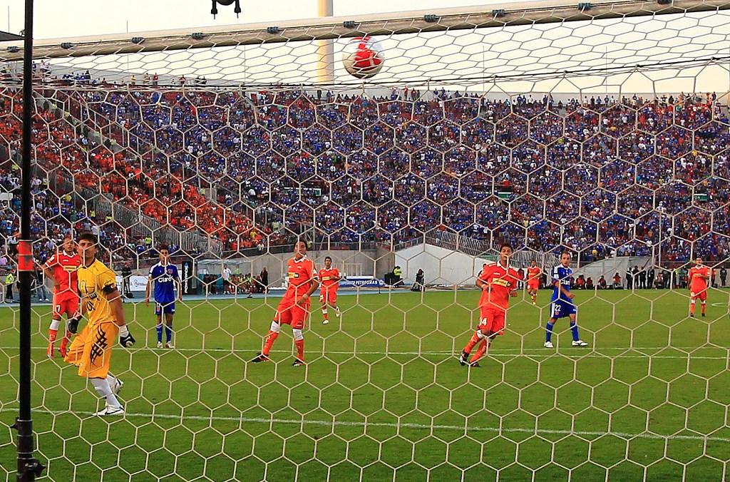 La joya de Eduardo Vargas en el 2-0, Peric solo hace vista.