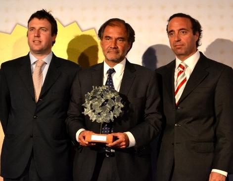 Maximiliano Raide (izq.), presidente Grupo liderazgo; Boris Buvonic (centro), vicepresidente Fundación Itaú; y Hernán Viguera (der.) , vicerrector de Extensión y Comunicaciones.
