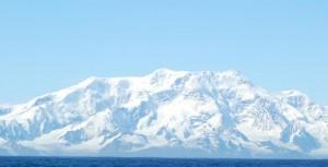 En las costas de la Antártida, cerca de las Islas Georgias del Sur, un mundo desconocido aguarda ser explorado. En esas aguas, una misión dirigida por Alex Rogers, profesor de Zoología de la Universidad de Oxford, filmó la vida a más de 2.000 metros de profundidad.