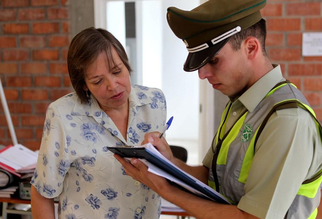 La directora Verónica Cisterna conversa con un carabinero en el Gimnasio del Colegio, hasta donde llegó este mediodía con el fin de mediar