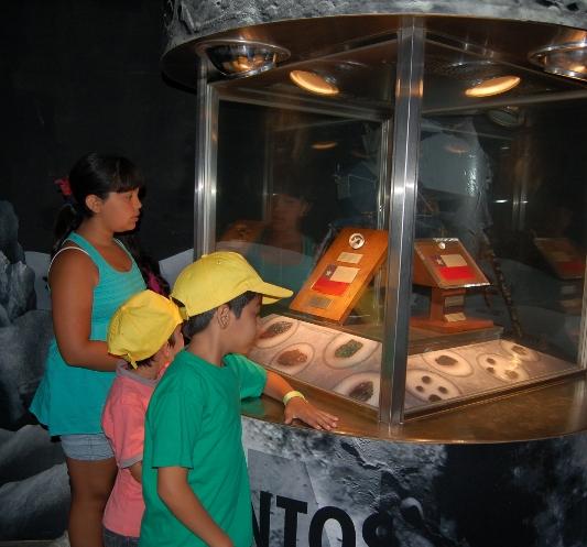 Unos niños observan las muestras de rocas lunares donadas a Chile por el Gobierno de los Estados Unidos.