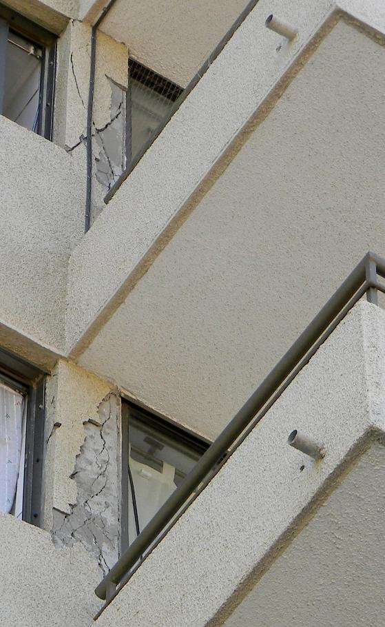 En el edificio Marina del Sol de Viña del Mar se reventaron tabiques, muros y pilares del edificio.