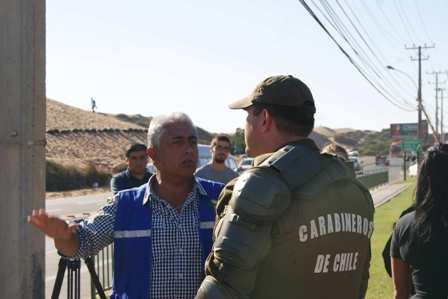 El alcalde hablando con la fuerza policial.