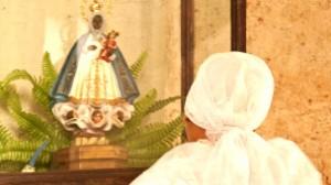 Una gran parte de las personas que van a los templos católicos son santeros.Visten ropa blanca, llevan collares de colores y no comulgan.