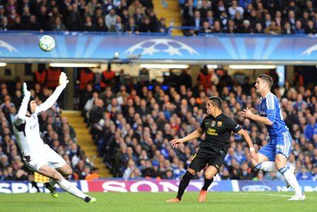 En el duelo en Londres, un remate de Alexis Sánchez supera al portero del Chelsea y luego se estrellaría en el poste.