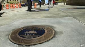 Placa de los Beastie Boys en el centro de Cleveland, donde se encuentra el Salón de la Fama del Rock.