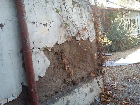 Muralla de la universidad dañada por el terremoto