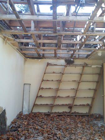 El sismo del 27/F daño la techumbre de algunas salas