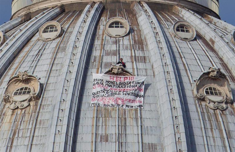 Un empresario protesta encaramado a la cúpula de la basílica de San Pedro