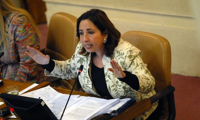"""""""La olla representa también la protesta"""": diputada Alejandra Sepúlveda caceroleó en medio de discusión parlamentaria sobre el retiro de fondos previsionales"""