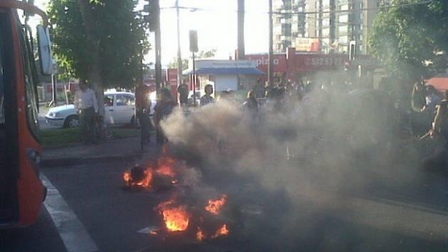 Estudiantes de la sede Maipú de la U. del Mar protestan con barricadas por cierre del plantel
