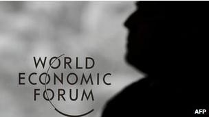 """El Foro Económico Mundial, que se reúne a partir de este miércoles en Davos, Suiza, discutirá sobre la persistente crisis global y analizará medidas para que las economías, los gobiernos y las empresas tomen de forma decisiva el camino de la recuperación. """"Resistencia"""" y """"dinamismo"""" son, según los analistas, las palabras que probablemente más resonarán durante la semana que dura el encuentro, ante la falta de claridad —y de acuerdo— sobre el modelo económico por seguir. La lista de invitados a Davos incluye a 50 presidentes y primeros ministros, un pequeño grupo de miembros de la realeza europea, y más de 1.000 directivos de las mayores compañías del planeta, además de figuras académicas, de las artes, de los medios de comunicación y del espectáculo."""