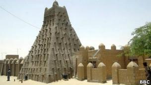 Los secretos de Tombuctú-Tombuctú fue un centro de enseñanza del Islam entre los siglos XIII y XVII. -700.000 manuscritos sobrevivieron de aquella época en bibliotecas públicas y colecciones privadas. -Son libros de religión, leyes, literatura y ciencia. -Entró en la lista de patrimonio mundial de la Unesco en 1998 por sus tres mezquitas y 16 cementerios y mausoleos. -Jugaron un papel importante en la expansión del Islam a África occidental desde 1329. -Los islamistas destruyeron los mauseleos tras tomar la ciudad.