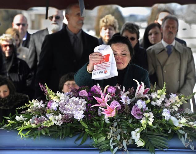 Cortejo fúnebre se detiene en un Burger King camino al cementerio