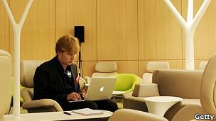 La tecnología puede ser beneficiosa para nuestro trabajo pero perjudicial para nuestras relaciones laborales.
