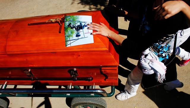 """Cientos de personas acompañaron el cuerpo de Jiménez en el cementerio El Prado de Puente Alto. Adelante iba su amigo Javier Saud, con un cartel que recordaba unas de las frases de Juan Pablo: """"Prefiero luchar y perder, que perder sin haber luchado""""."""