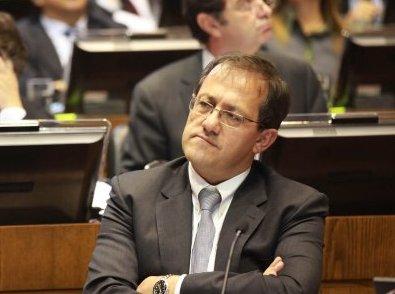 Barros dice que destitución de Beyer sería un