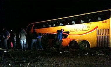 Violento choque de bus y un furgón cerca de Valdivia deja al menos seis muertos