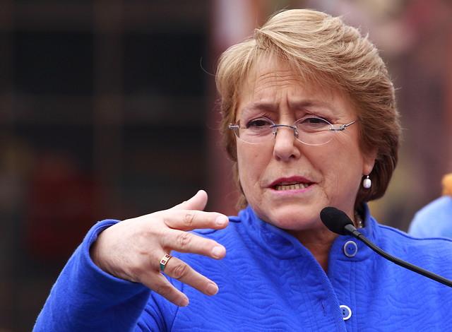 Bachelet cambia su agenda y visita sorpresivamente Dichato para evitar posible funa