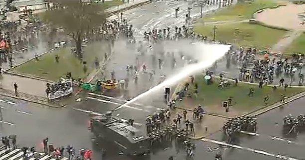 Se registran incidentes entre estudiantes y carabineros en Plaza Italia